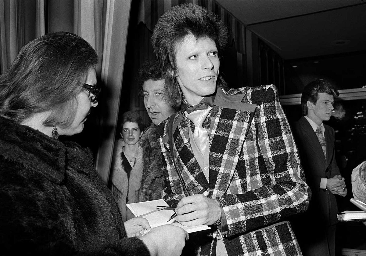 Michael Jang, David Bowie Signing Autographs, 1973, gelatin silver print. Courtesy of the artist / © Michael Jang