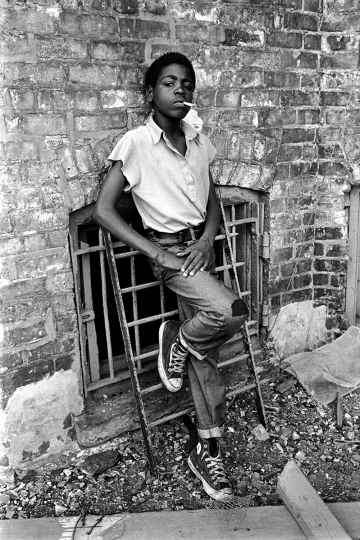 Stephen Shames, Chicago, Illinois, USA: African-American boy smokes a cigarette on the south side, 1972 Vintage print, signed 24,9x 20 cm © Stephen Shames, Courtesy Galerie Esther Woerdehoff
