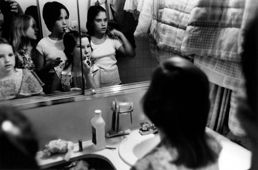 New York, USA: Girls apply make-up, 1976 Tirage vintage signé, 15,5 x 23,5 cm © Stephen Shames, Courtesy Galerie Esther Woerdehoff
