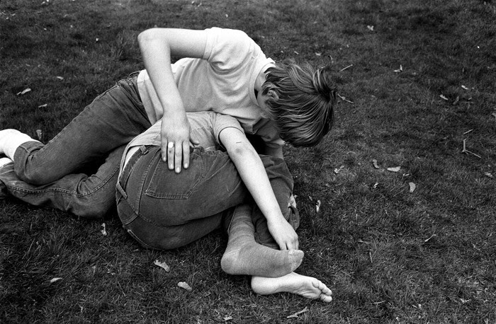 Vancouver, British Columbia, Canada: young teenagers wrestle in the grass at a park, 1975 Tirage vintage signé, 15,5 x 22,5 cm © Stephen Shames, Courtesy Galerie Esther Woerdehoff