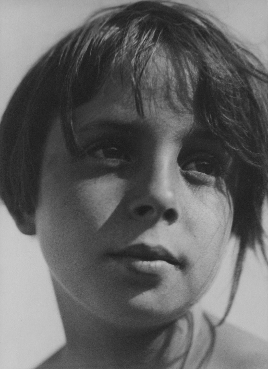 Aenne Biermann Helga, um 1930 Gelatin silver print, 23,7 x 17,8 cm Museum Folkwang, Essen