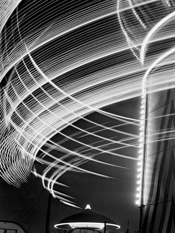 Toni Schneiders Lichtspuren, Hamburger Dom 1950 © Nachlass Toni Schneiders/Stiftung F.C. Gundlach