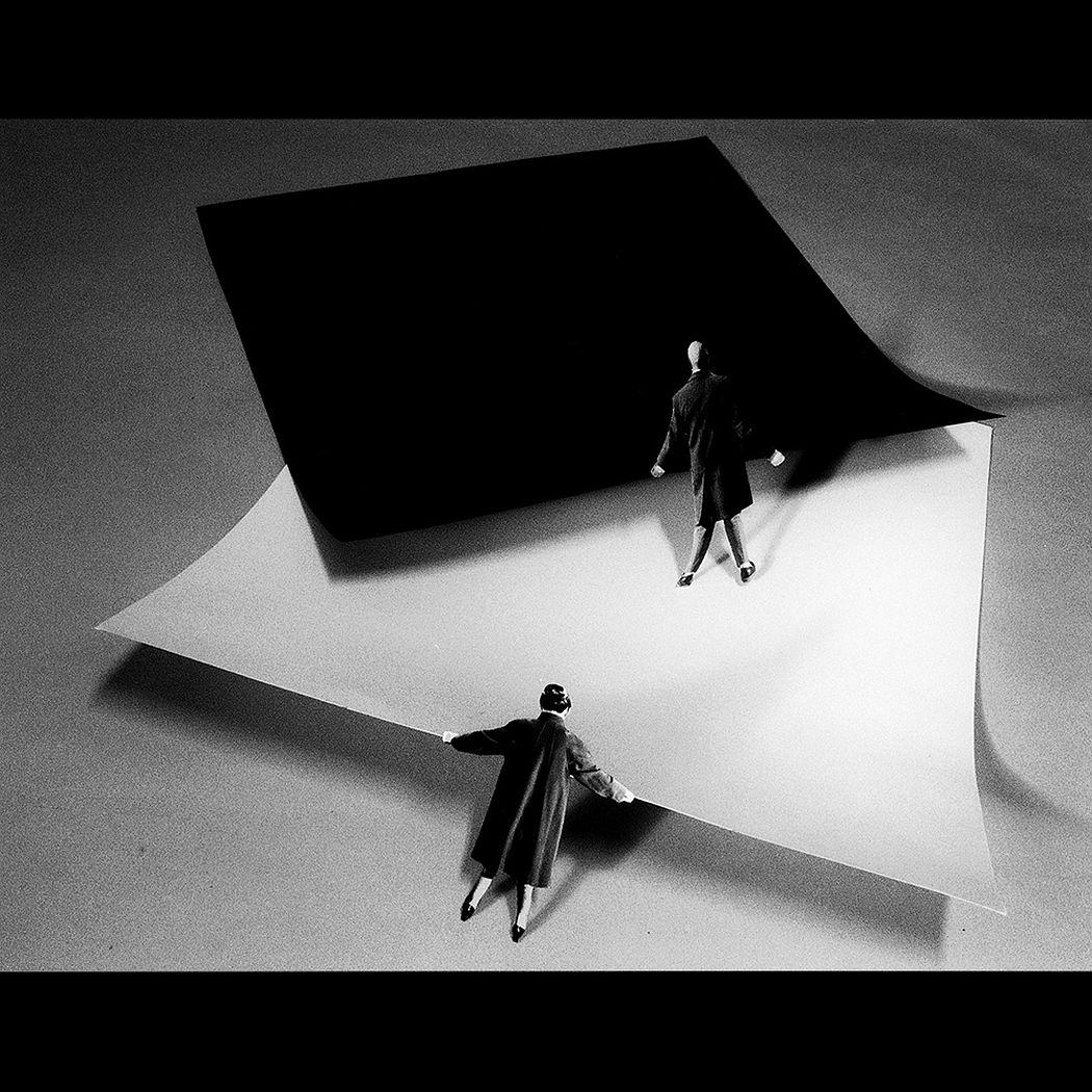 Gilbert Garcin – 309 – Le Yin et le Yang (ou les Malevitch choisissent un tapis)(Yin and Yang (or Malevitch's choose a carpet)) 2006, gelatin silver print, 12