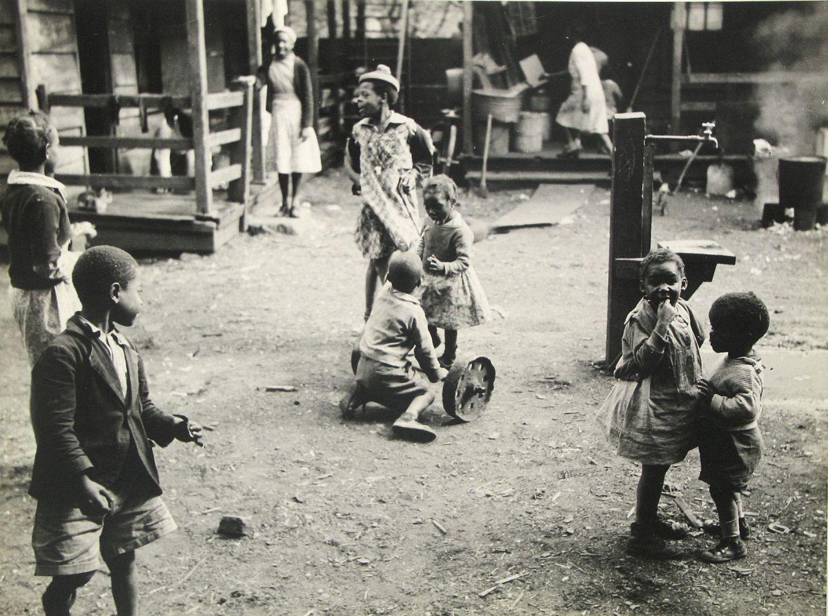 Peter Sekaer  Pearlstine Alley, Charleston, South Carolina, c.1939