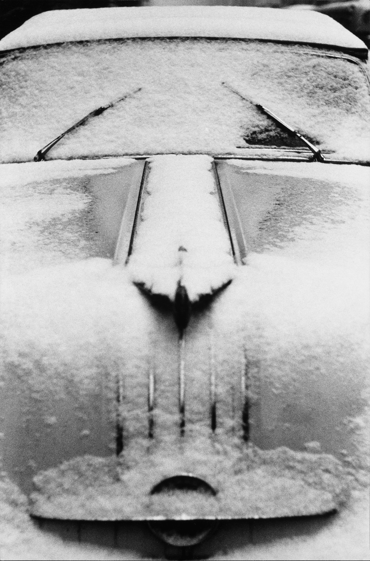 Louis Stettner: Snow-Car, Manhattan, 1956