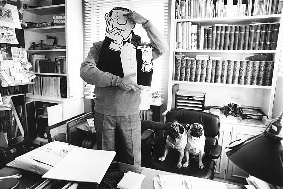 """Stefan Moses © archiv stefan moses """"Loriot mit den englischen Möpsen Henry und Gilbert in seinem Studio"""", Haus Ammerland, 1966 Courtesy Johanna Breede PHOTOKUNST"""