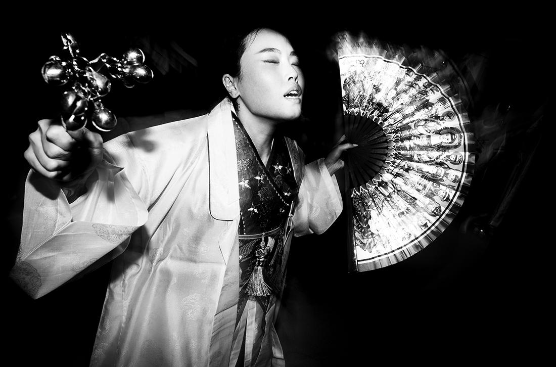 © Dirk Schlottmann: Korean shamanism - spirit possession / MonoVisions Photography Awards 2020 winner