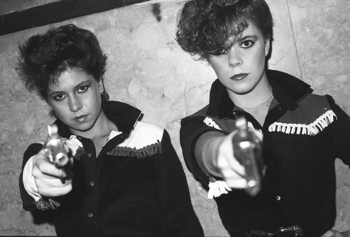 GARY GREEN Girls with fake guns, Peppermint Lounge, c. 1980 © Gary Green / Galerie Miranda